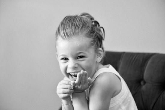 une petite fille pose en riant