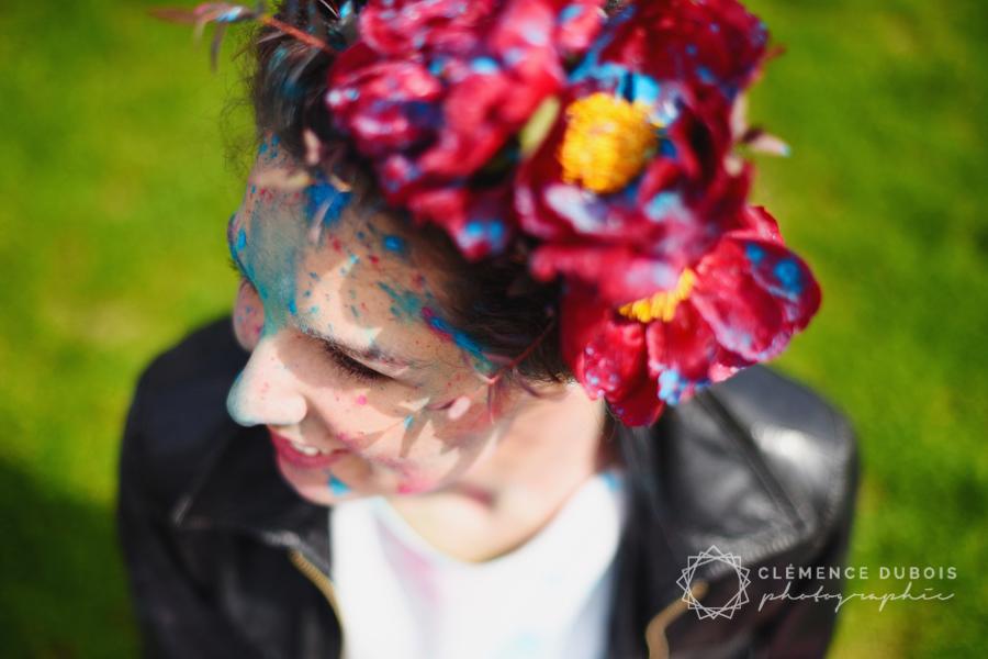 une séance trash the dress à Paris avec des poudres colorées