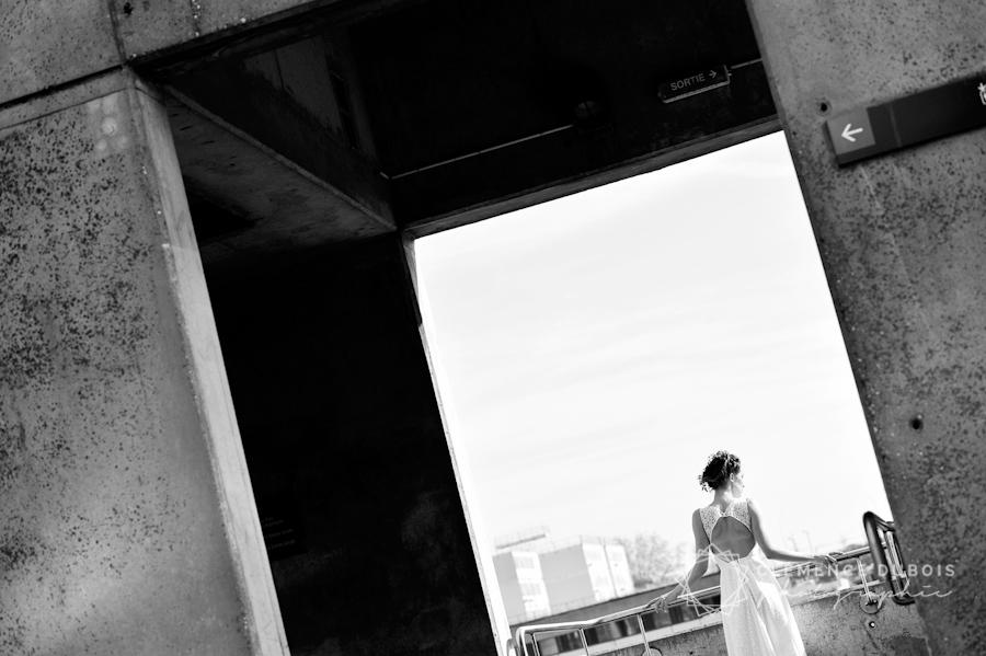 une mariée de dos dans un décor urbain