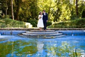 un couple de mariés au bord d'une piscine