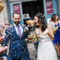 mariés sortant de la mairie sous les confettis