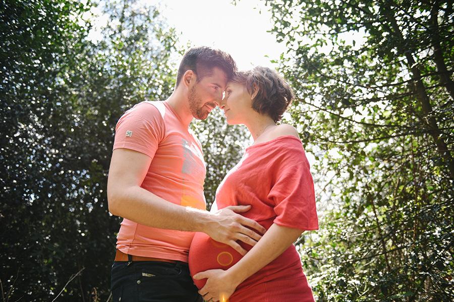 séance couple maternité dans un parc dans le Val d'Oise