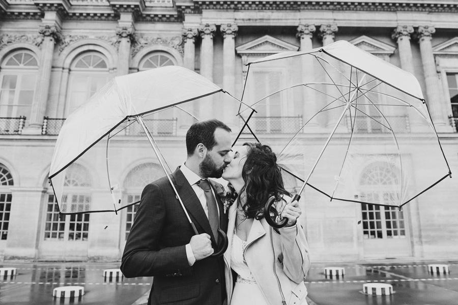 couple de mariés à Paris en noir et blanc