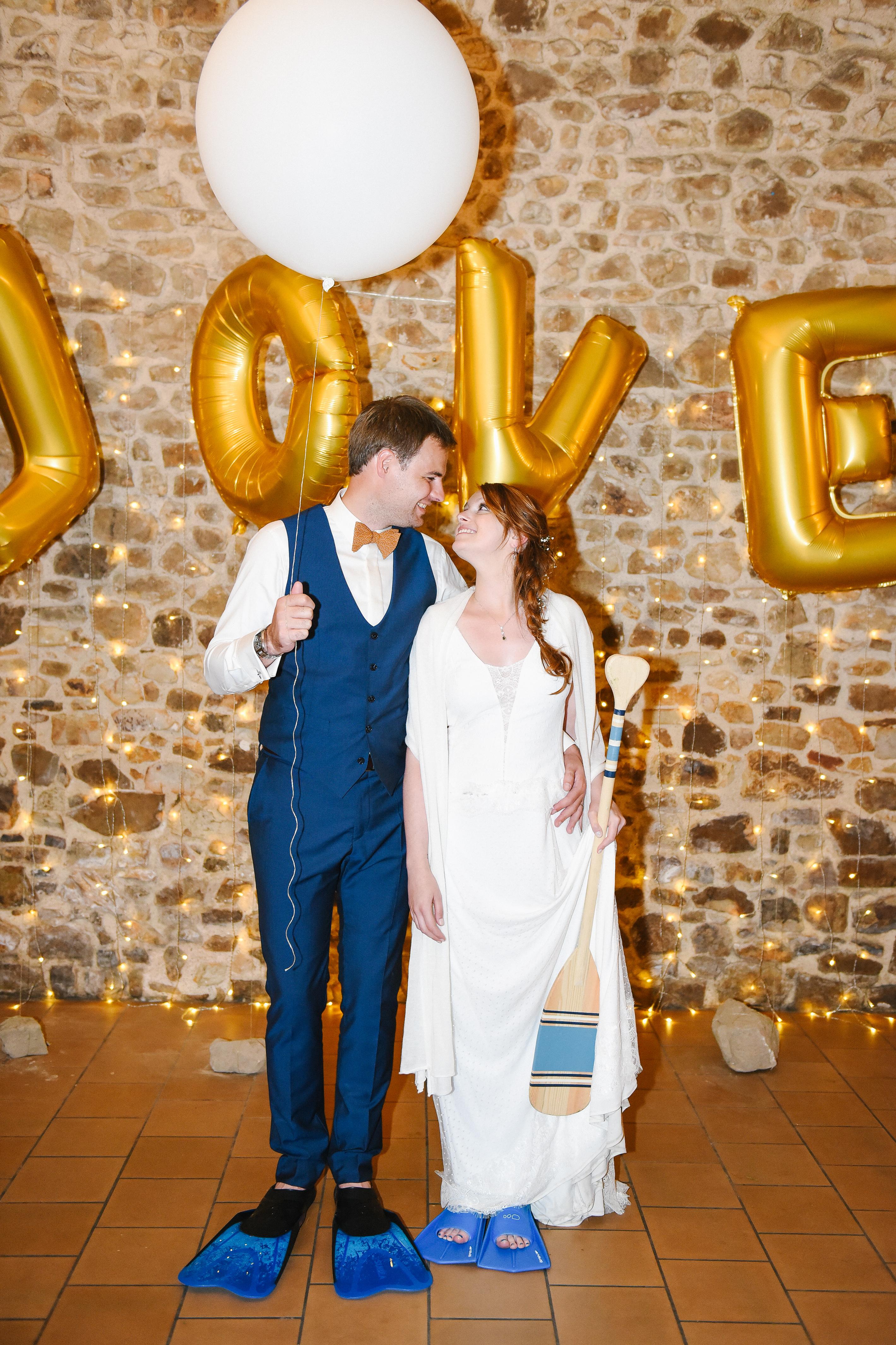 couple de mariés avec palmes bleues