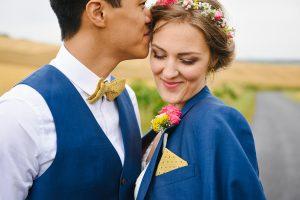 couple de mariés dans un champ au domaine de la Pépinière