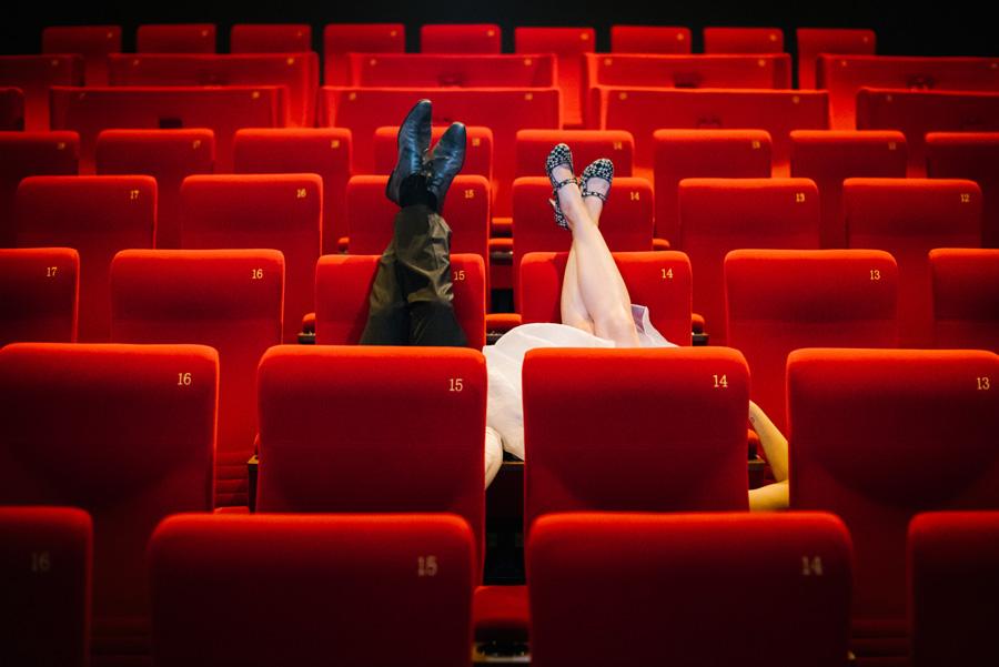 photo de couple de mariés originale dans une salle de cinéma
