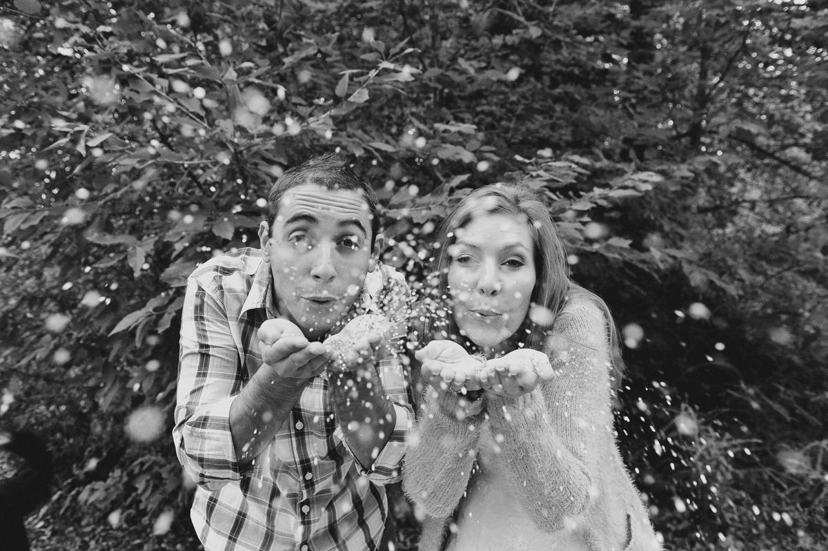 un couple envoie des paillettes à l'objectif du photographe
