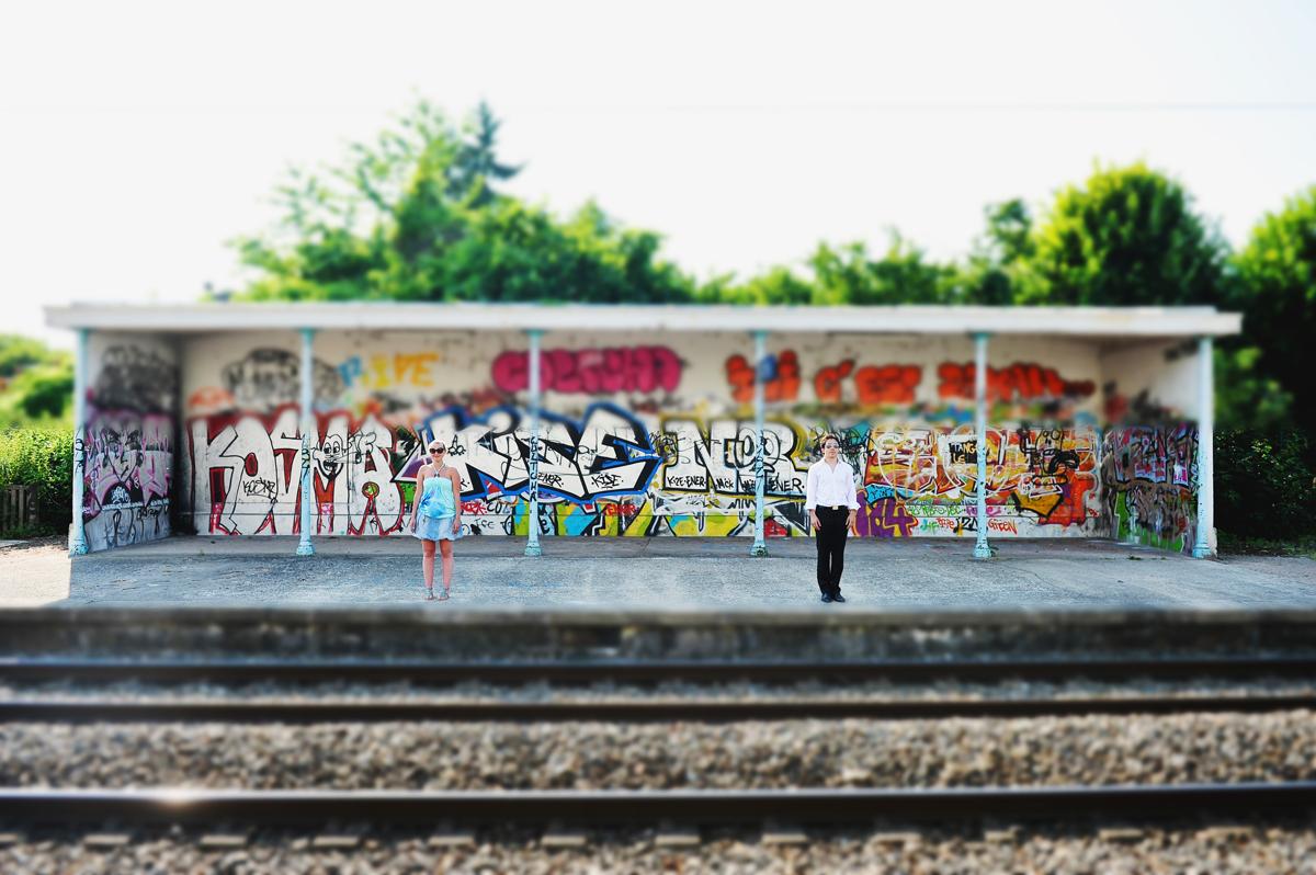 couple dans une gare avec graffitis en couleurs