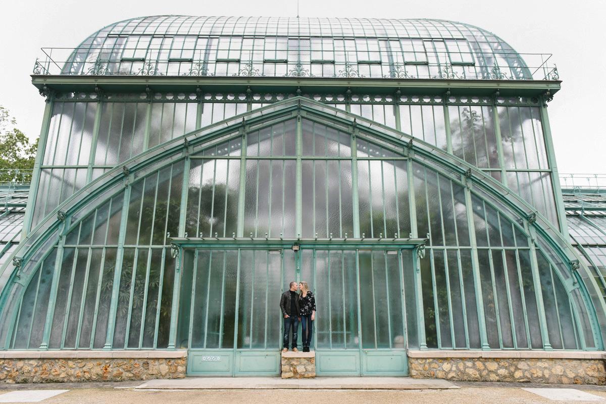 couple s'embrasse devant les serres d'Auteuil à Paris