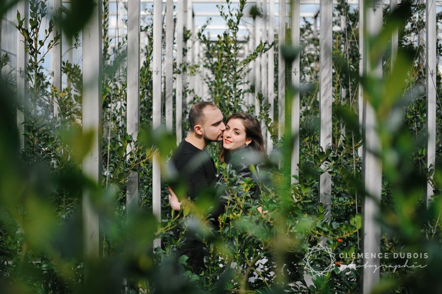couple dans le feuillage sur le parvis de la bnf à Paris