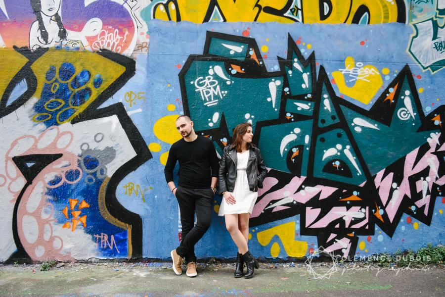 couple devant un mur graffiti dans le quartier de la bnf à Paris