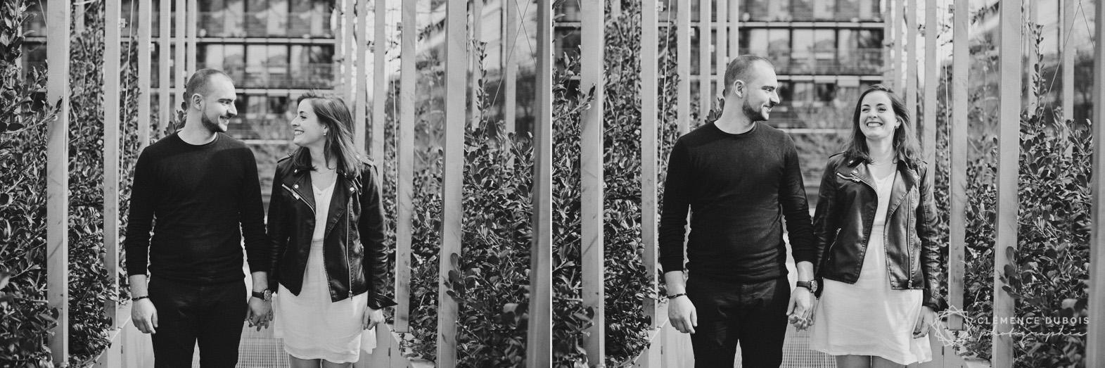 diptyque noir et blanc, couple se regarde sur le parvis de la bnf à Paris