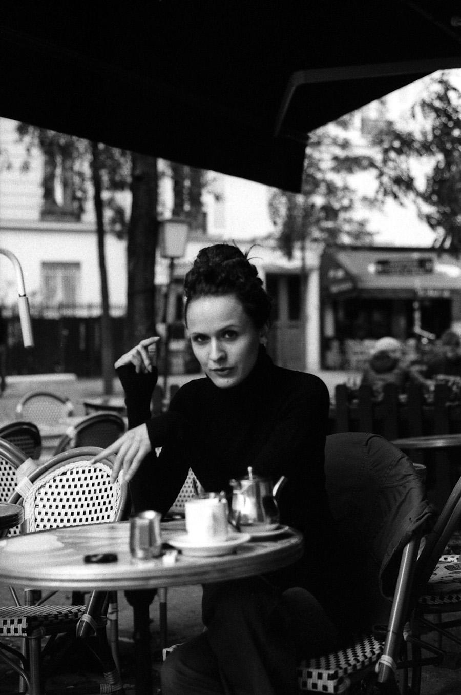 portait de femme à la terrasse d'un café à Paris