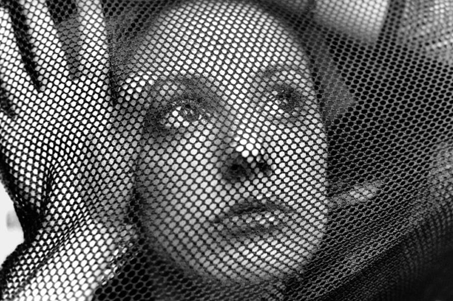 portrait femme à travers des bas résille