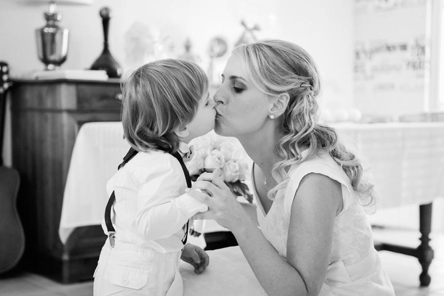 une maman et son petit garçon s'embrassent sur la bouche