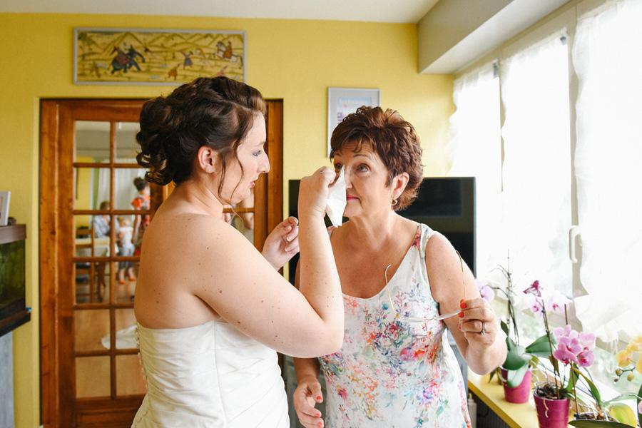 la mariée essuie les larmes de sa maman
