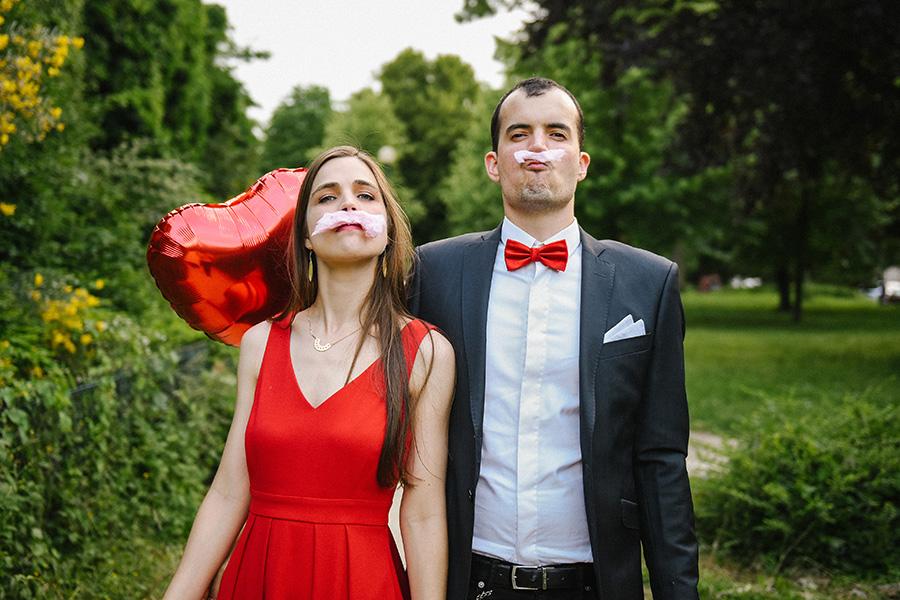 couple jouant à se fabriquer des moustaches en barbapapa