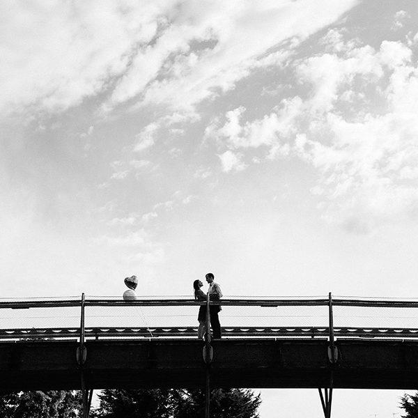 couple sur un pont dans un parc à Paris
