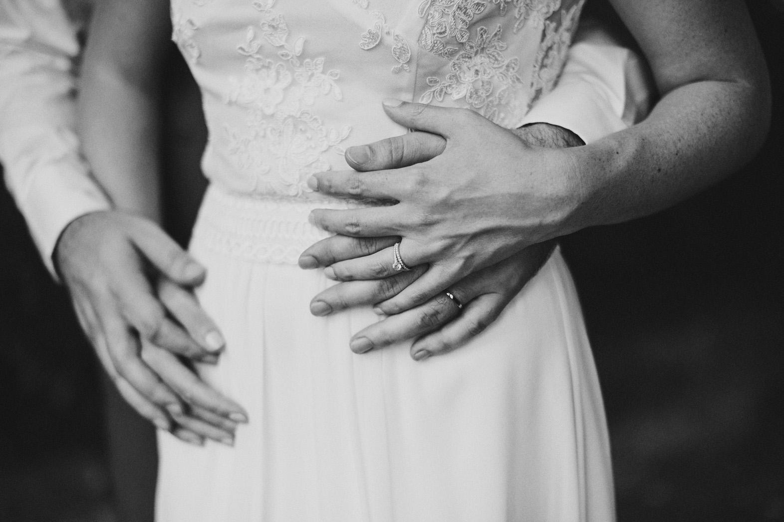 détails mains mariés et alliances