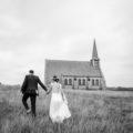 un couple se dirige vers une église en pleine campagne