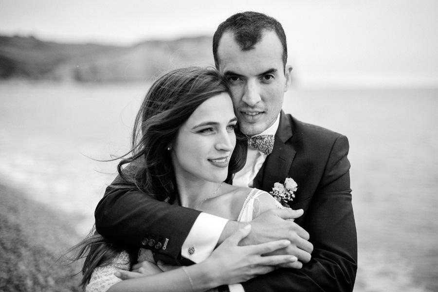portrait de couple au bord de la mer en Normandie