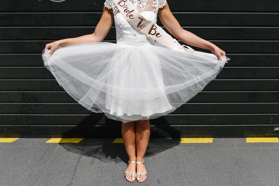 future mariée joue avec sa robe à Paris