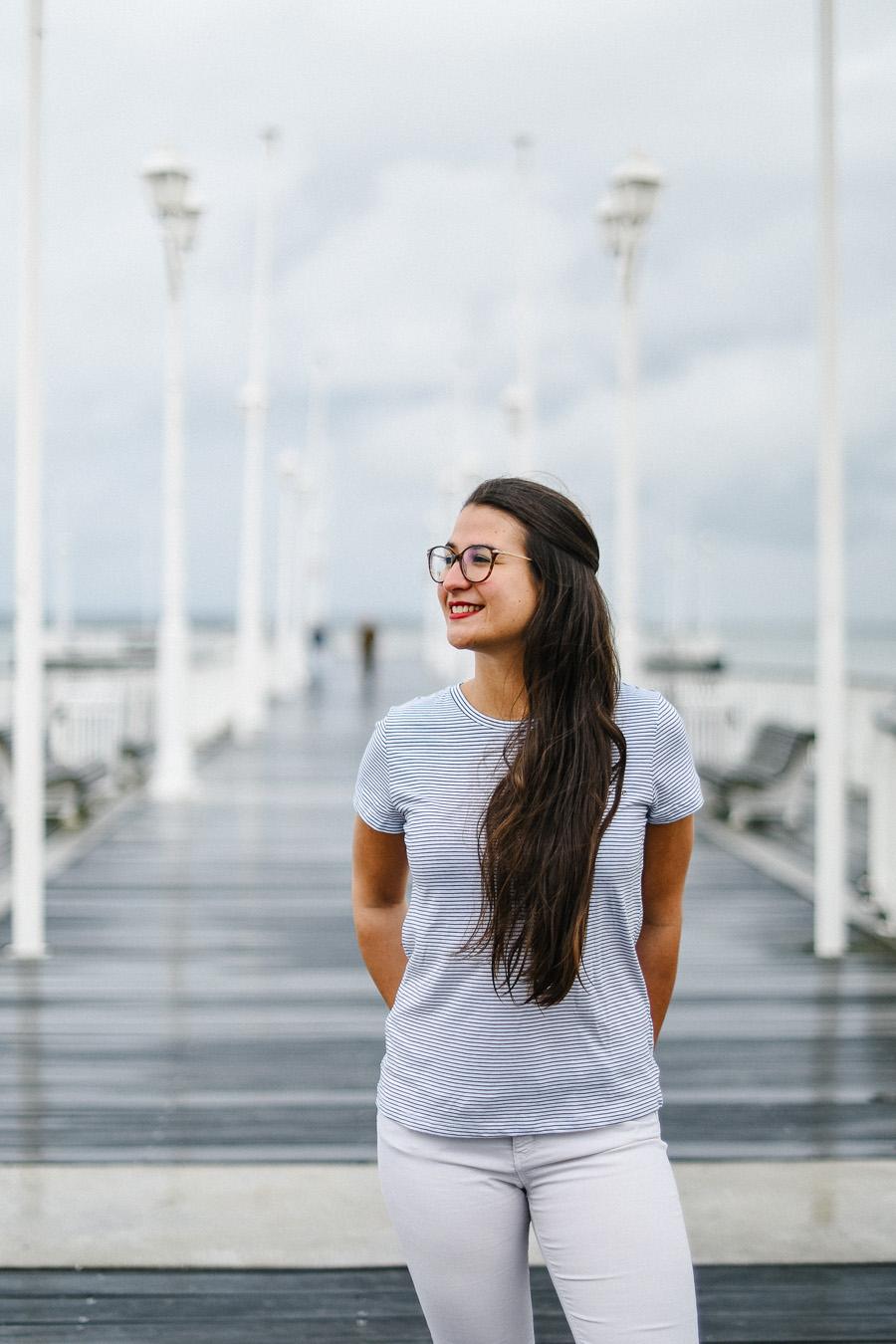 portrait de femme sur un pont au bord de la mer