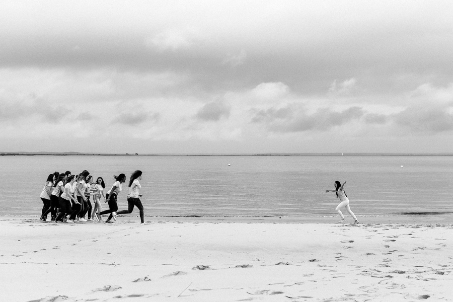 une jeune femme court vers ses amies sur la plage