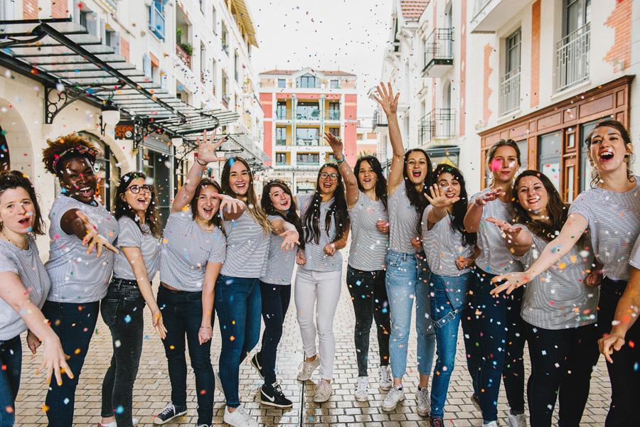 des femmes lancent des confettis sur la photographe