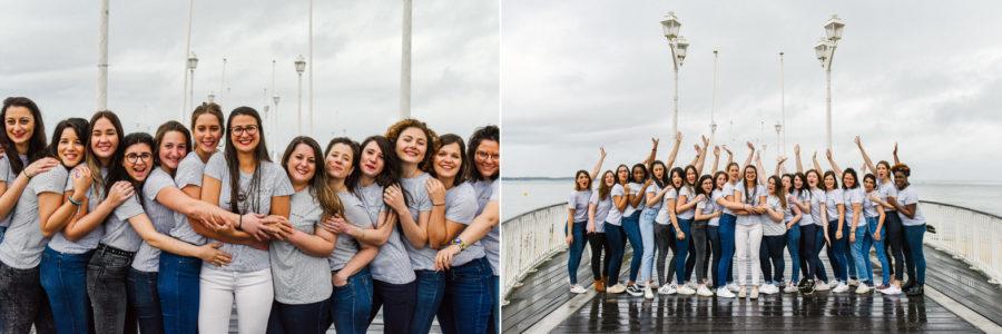 groupe d'amies en jean au bord de la mer