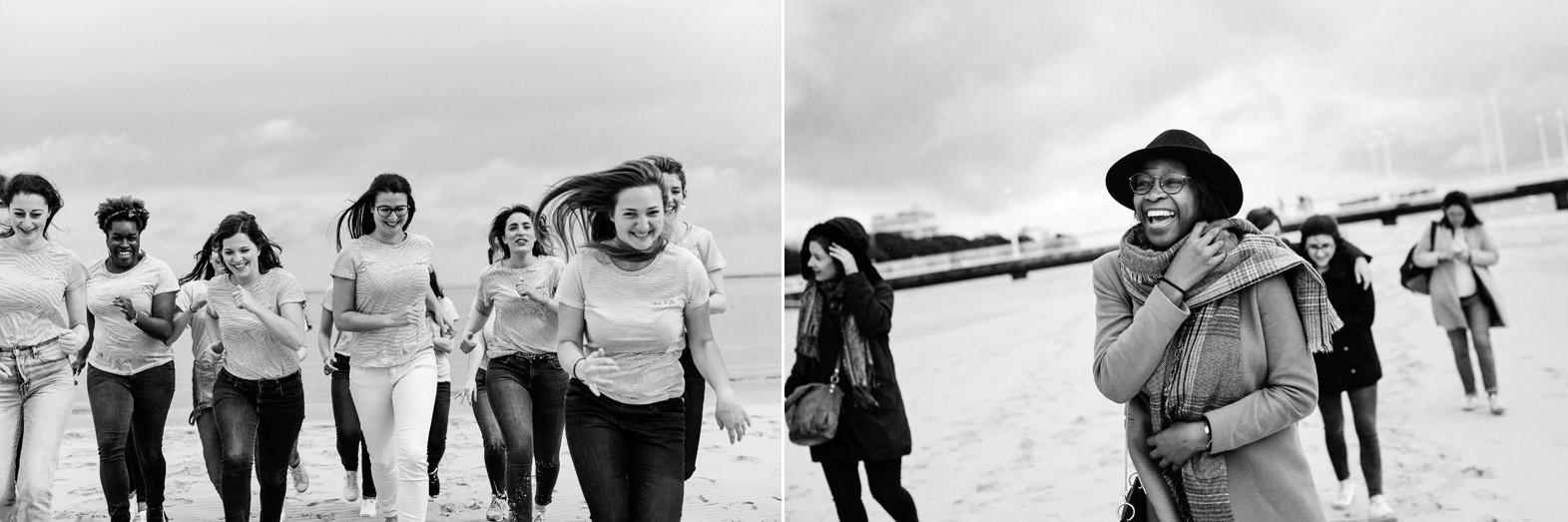 un groupe de femmes court sur une plage