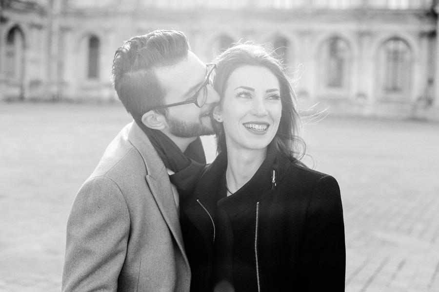 un homme embrasse sa fiancée à Paris