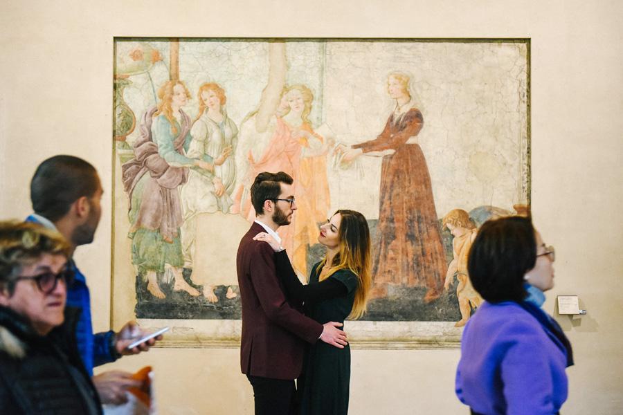 Un couple se regarde devant une peinture dans un musée