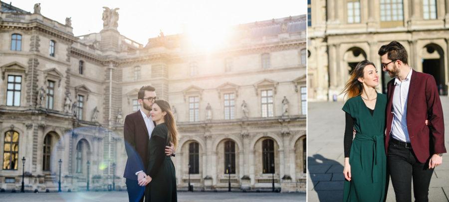 un couple se promène sur l'esplanade du musée du Louvre