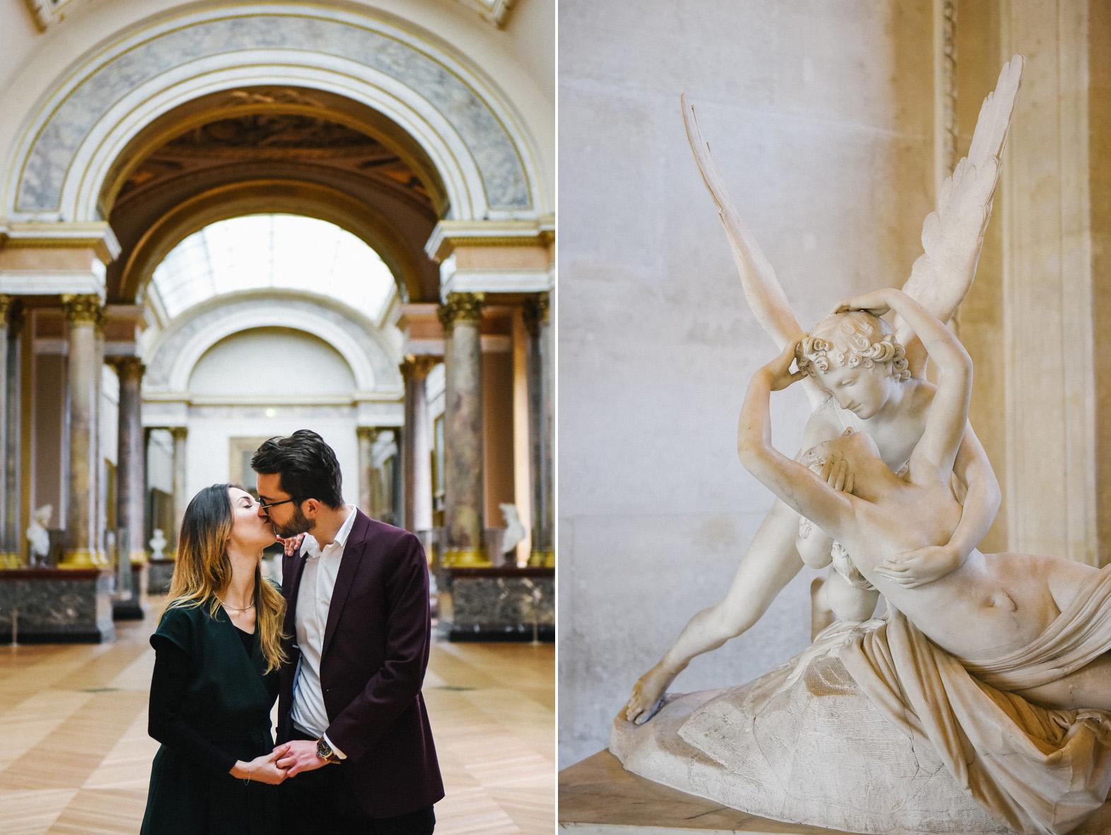 un couple s'embrasse à côté d'une sculpture dans le musée du Louvre
