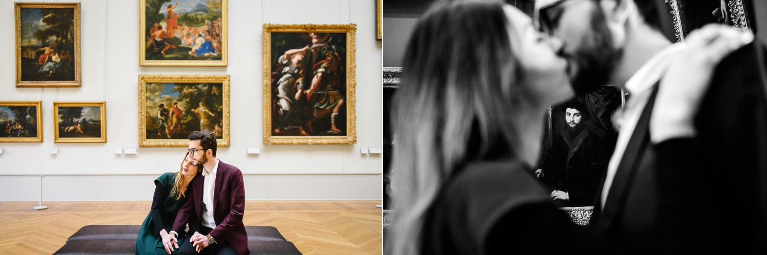 un coupe pose dans une galerie dans le musée du Louvre