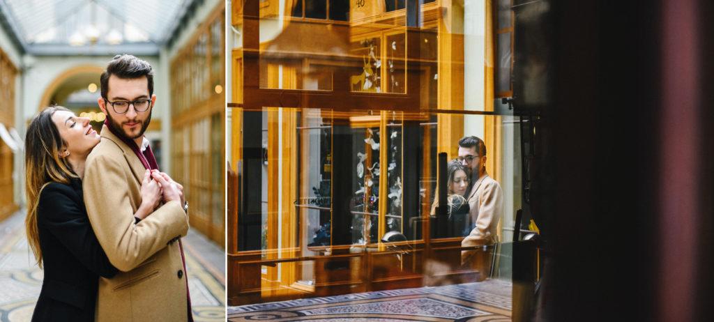 un couple s'enlace dans la galerie Vivienne à Paris