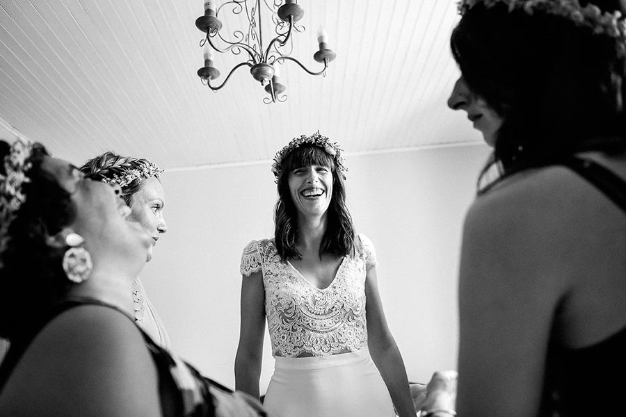la future mariée rit avec ses amies et témoins pendant les préparatifs