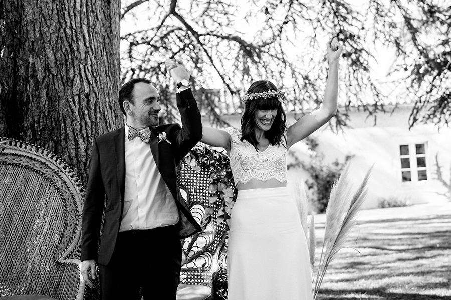 la mariée exulte après l'échange des alliances lors de la cérémonie laïque