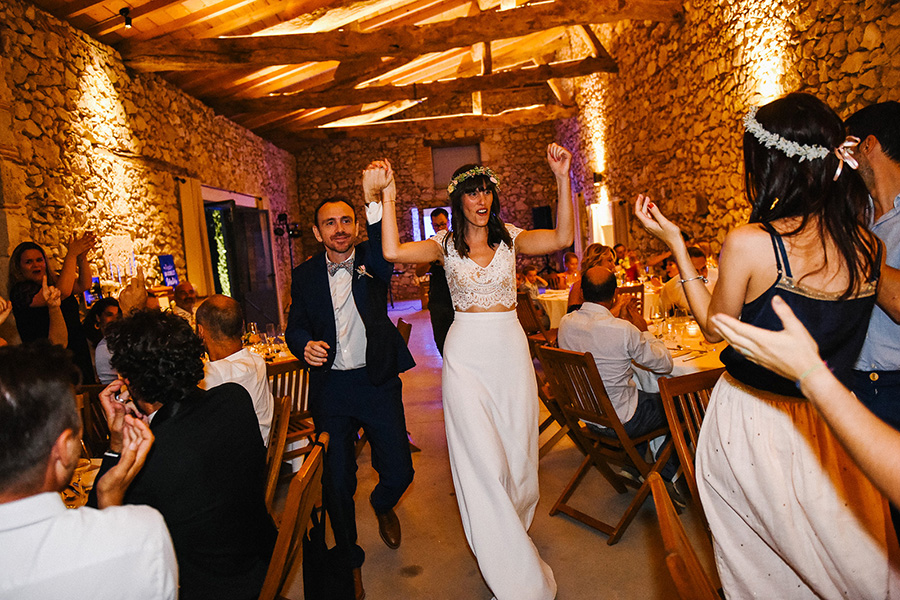 l'entrée des mariés dans la salle de réception