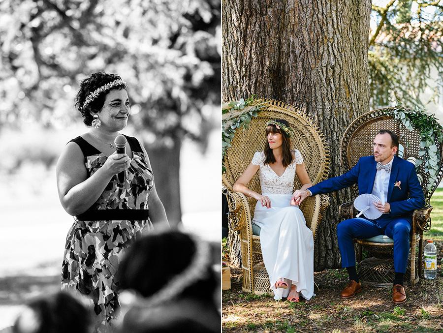 les mariés écoutent les discours pendant la cérémonie laïque