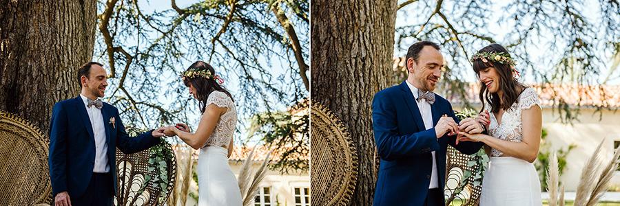 les mariés échangent leurs alliances pendant la cérémonie laïque