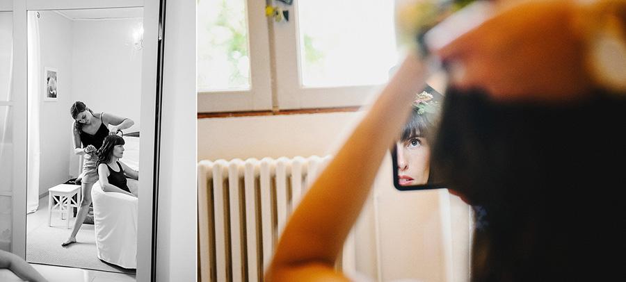 La mariée ajuste sa coiffure dans le miroir