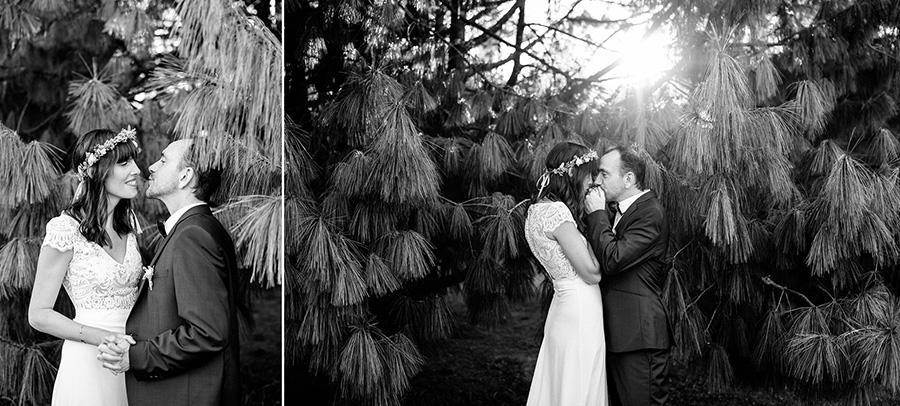 les mariés posent devant un arbre pendant leur séance photo