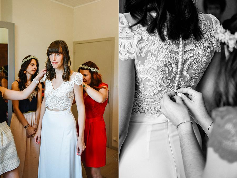 les témoins aident la mariée à s'habiller pendant les préparatifs