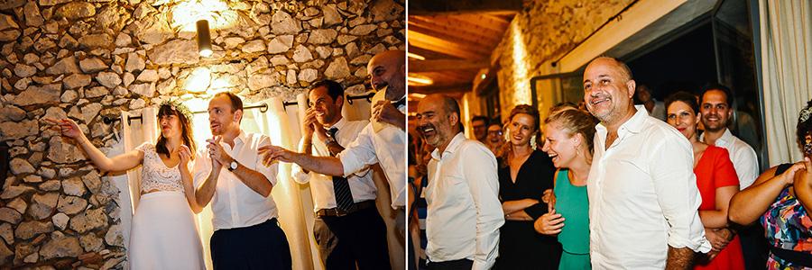 les invités sourient pendant la diffusion du diaporama des mariés