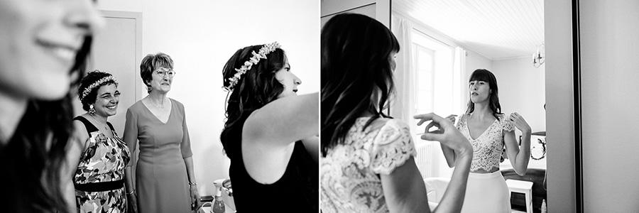la mère de la mariée la regarde mettre sa robe