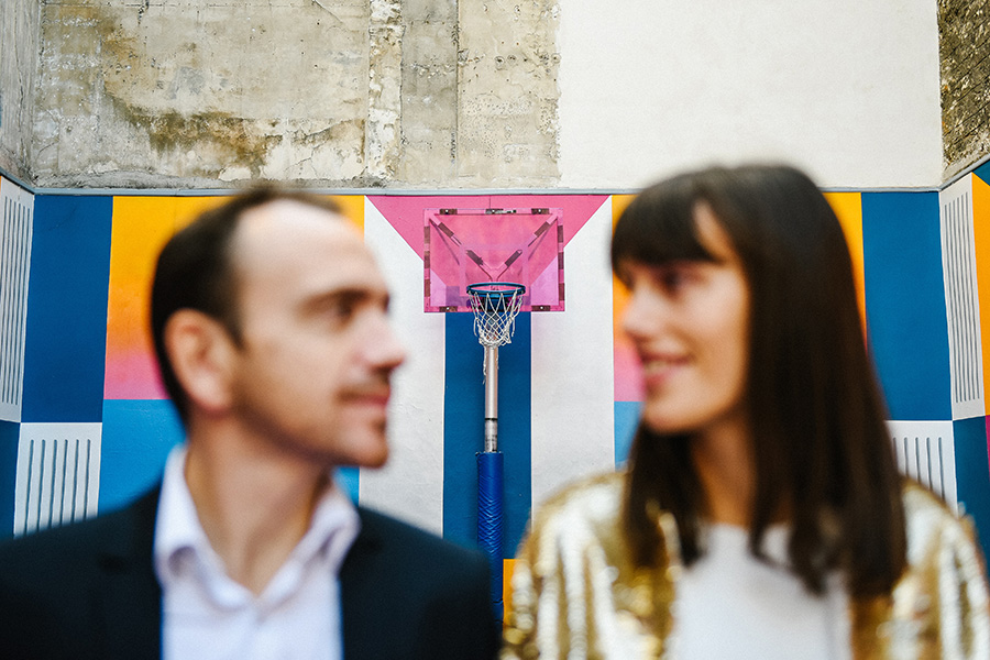 un couple sur un terrain de basket à Paris