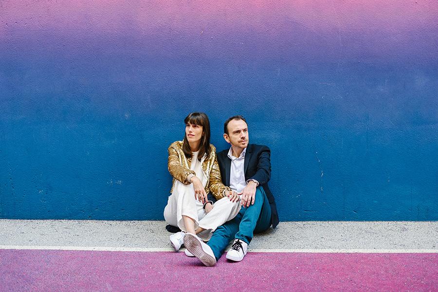 un couple pose sur un terrain de basket coloré à Paris