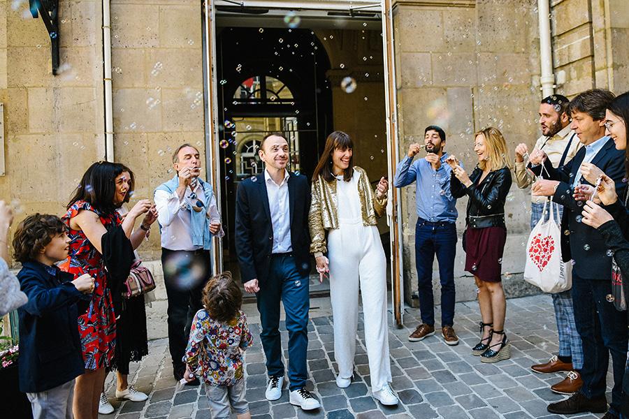 les mariés sortent de la mairie du 9ème arrondissement de Paris